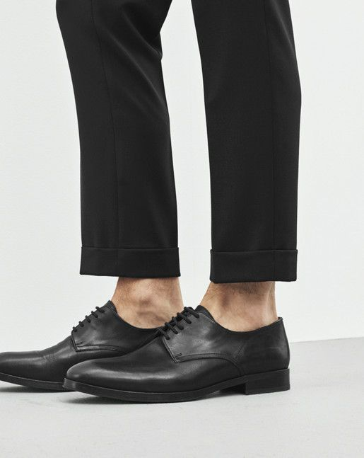 A laced shoe looks great worn without socks and shorter trousers.