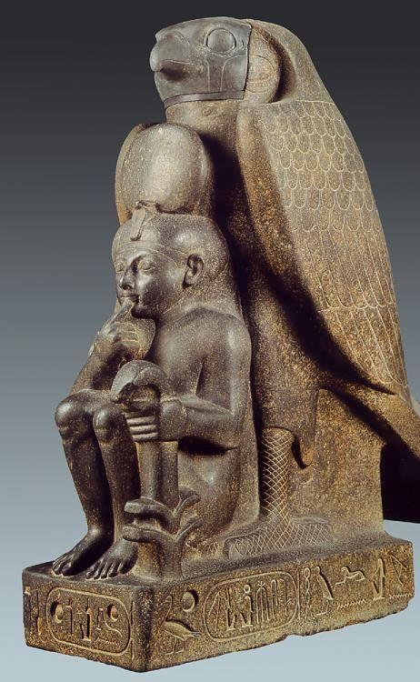 Ramses II, dinastía XIX, rerpresentado como niño, es protegido por el dios halcón Horus.