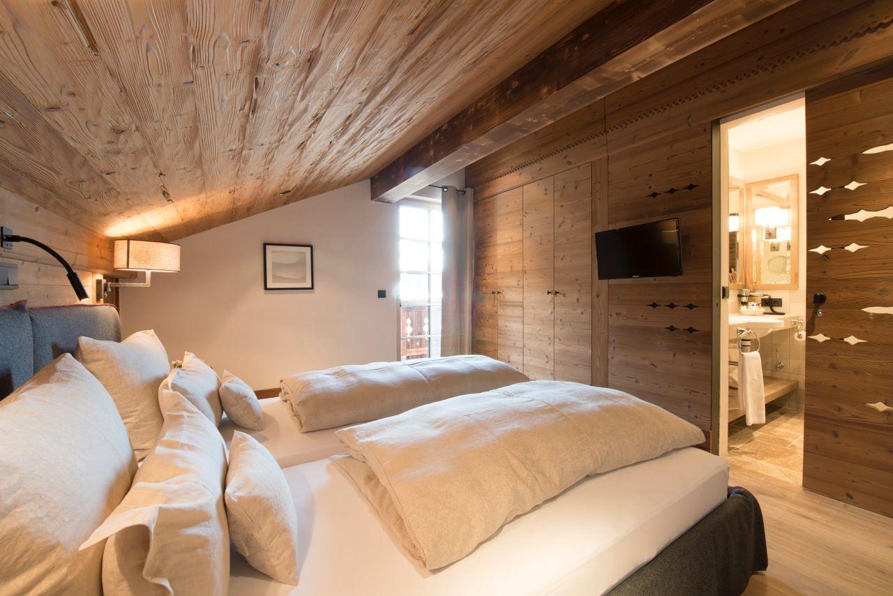 Komfortables Schlafzimmer in alpinem Chalet-Stil.   Haus ...