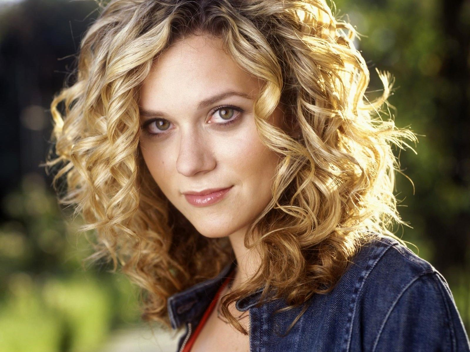 hilarie burton hair cuts   ... hair wallpapers, photo, images, picture (Curly hair Hilarie Burton)  I love her curly hair
