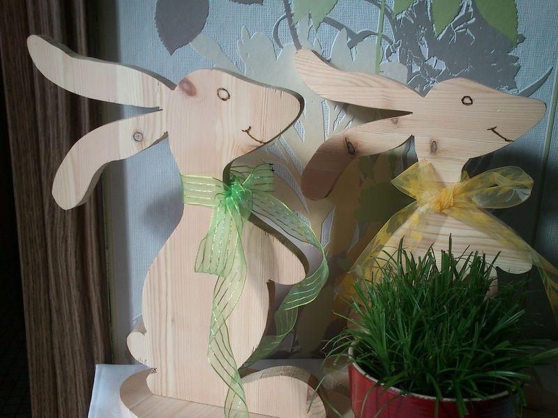 Ein fröhlicher Hase auf dem Lande zum Frühlingsanfang.    Der Hase ist aus unbehandeltem, massiven Kiefernholz für den Eingangsbereich oder als Dek...