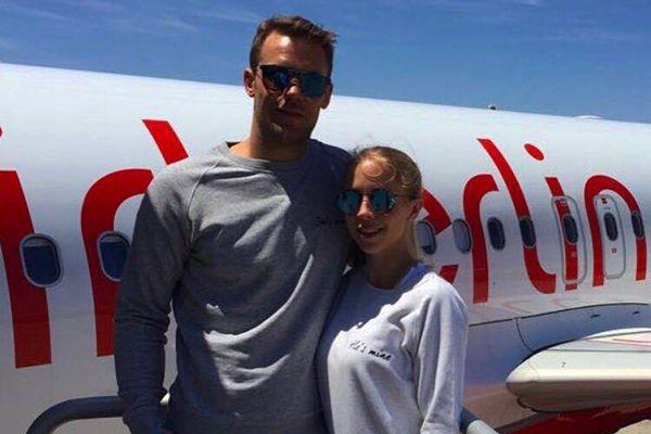 Manuel Neuer Und Seine Ehefrau Nina Weiss Tragen Partner Sweatshirts Nina Weiss Nina Neuer Ehefrau