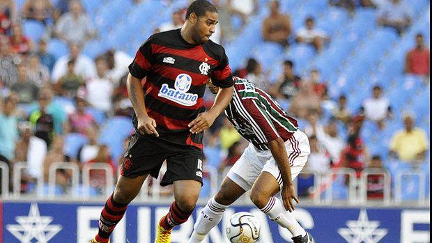 """Flamengo - 2010. Adriano """"Imperador"""" vira uma partida em que o Fla perdia pro Flu de 3 x 1, para 3 x 5 em 2010."""