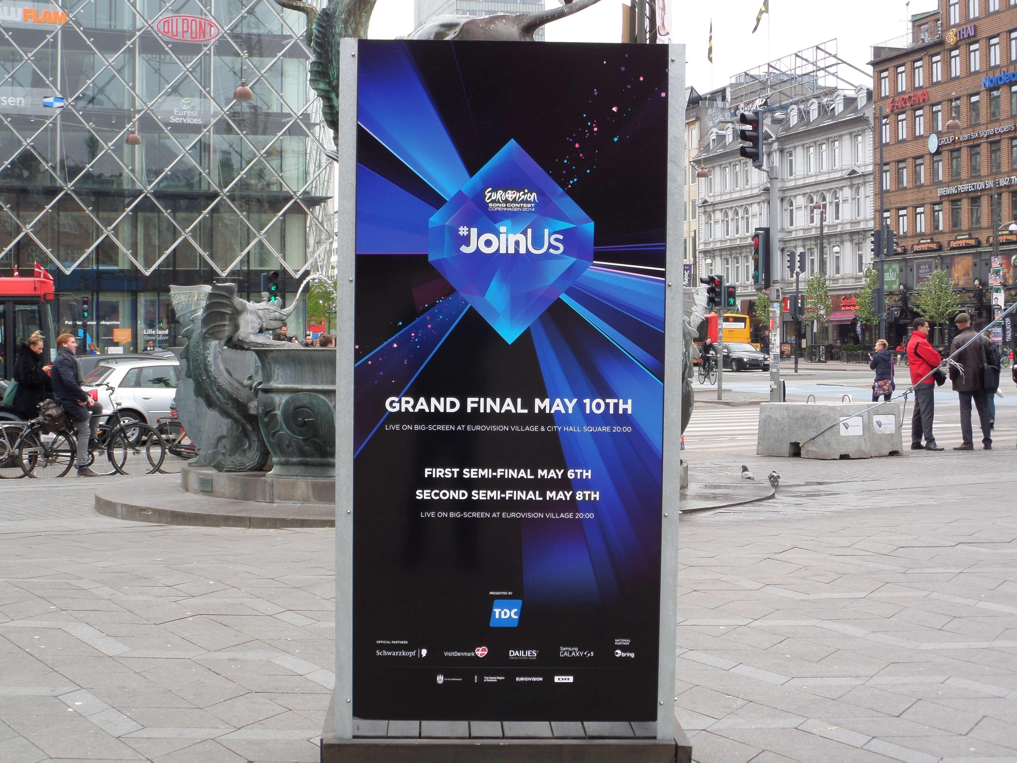 Plakat auf dem Kopenhagener Rathausplatz (59. Eurovision Song Contest 2014). Das Motto dieses ESC war '#JoinUs'.