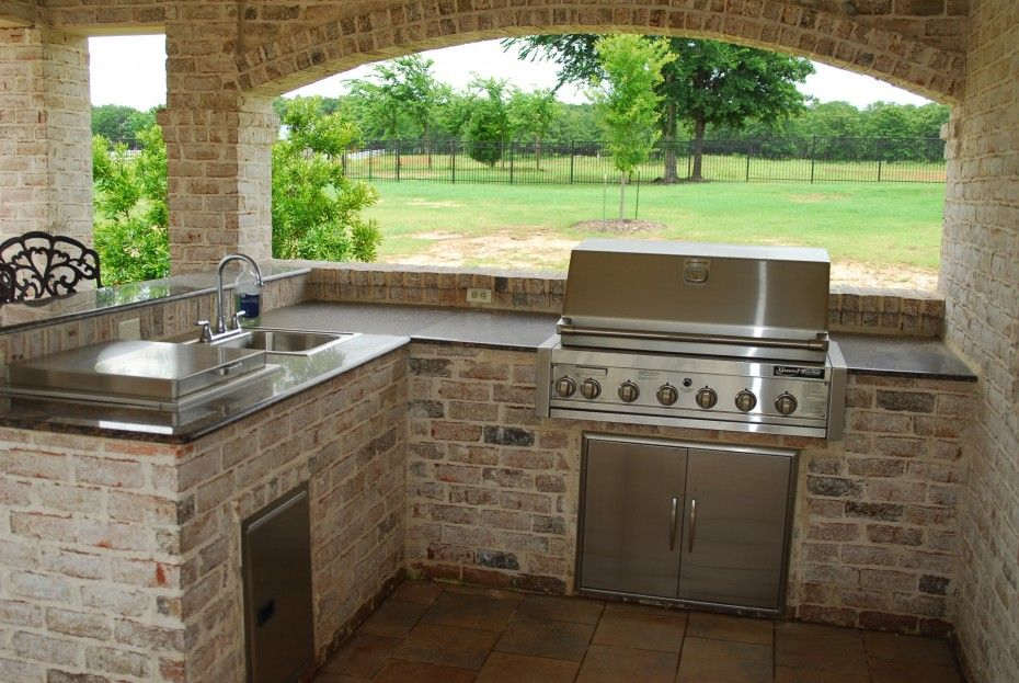 L Shaped White Exposed Brick Outdoor Island With Stainless Steel Countertop Built In Single Bowl Sin Outdoor Kitchen Plans Backyard Kitchen Diy Outdoor Kitchen