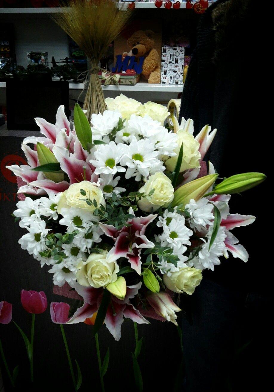 Романтичный букетик из роз и лилий
