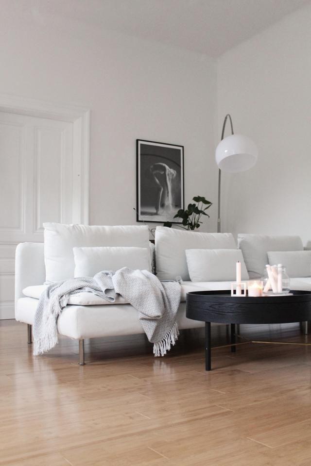 Altbau mit weißem Sofa und Dielenboden #Bogenleuchte #Interior - wohnzimmer ideen altbau