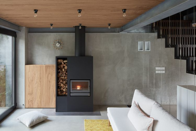 Minimalistische Einrichtung Beton Holz Wohnzimmer Kaminofen Weisse Couch  #interior #design #modernhouse #haus #minimalist