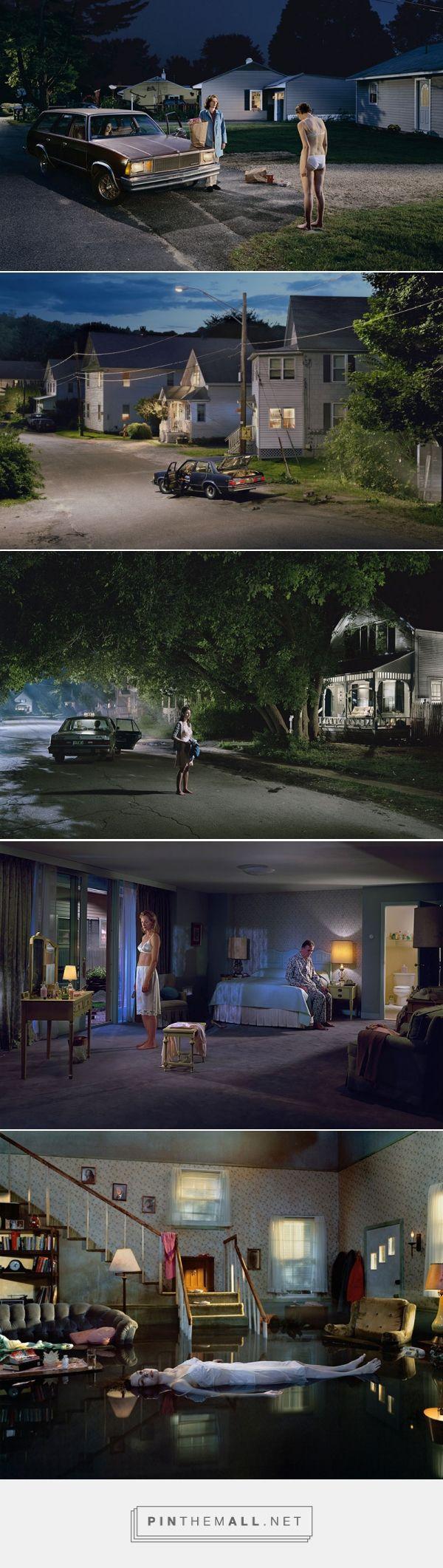 Le foto di Gregory Crewdson rappresentano scene inquietanti, apparentemente reali che sconfinano inesorabilmente nella finzione cinematografica.