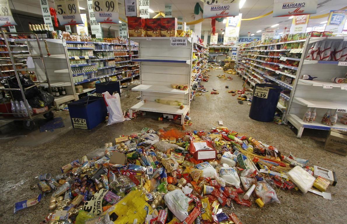 Imágenes del Barrio Comercial luego de los agresivos saqueos a supermercados en la Ciudad de Córdoba. Más fotografías: http://hd.clarin.com/tagged/El-D%C3%ADa-en-Fotos