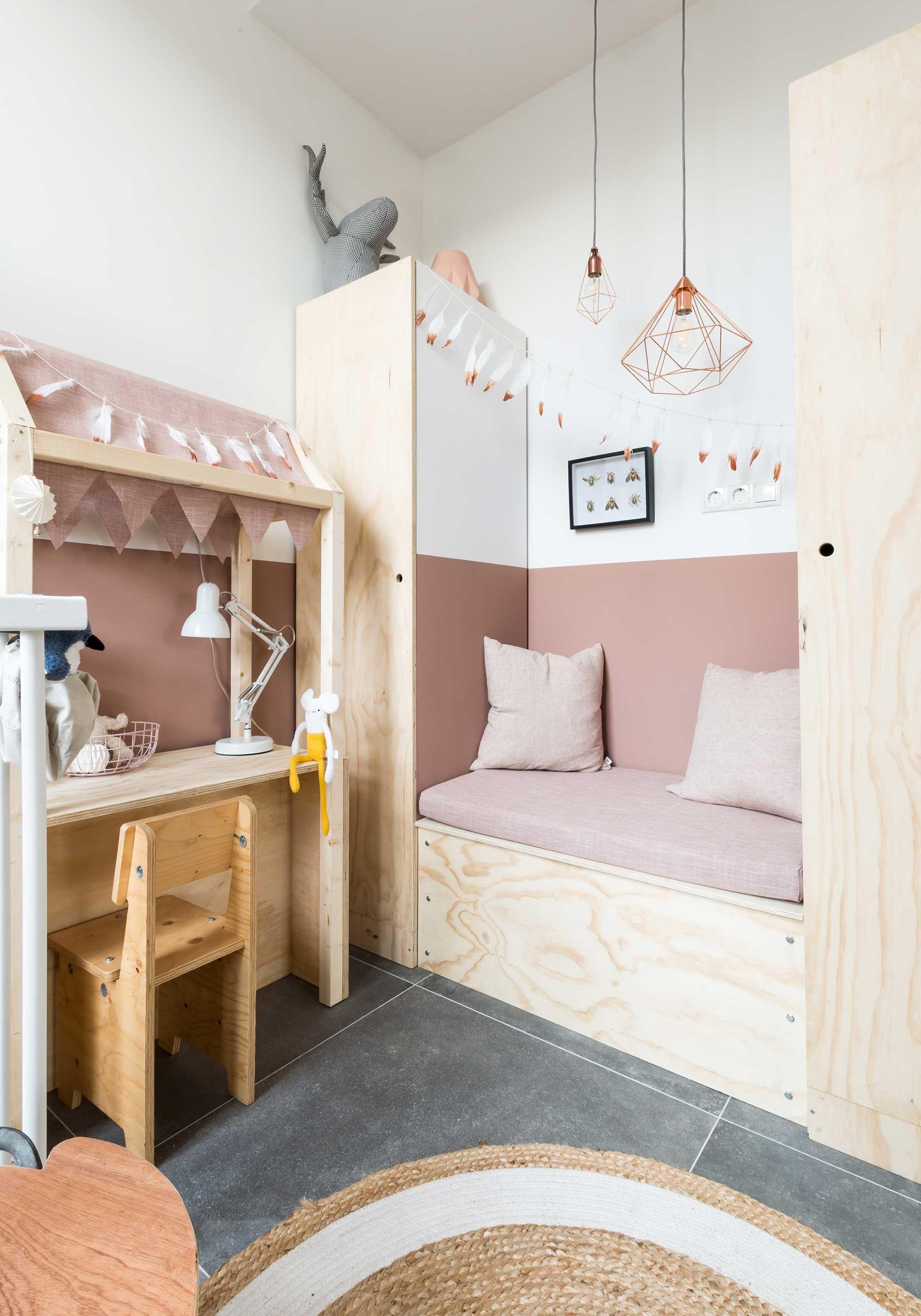 chambre aux teintes naturelles, bois, tissus roses et sol gris ...