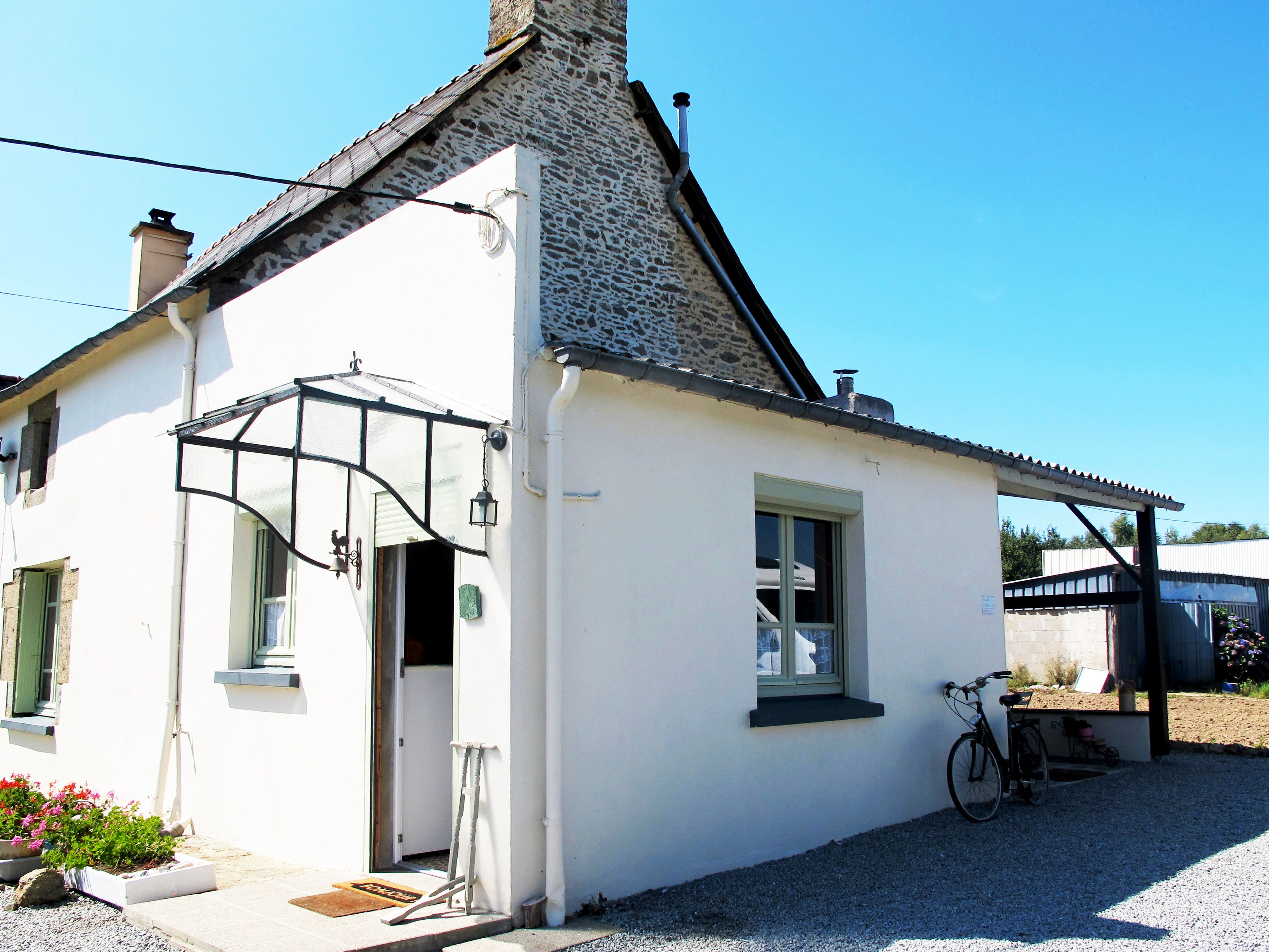 96 850 House In Meneac Impeccably Renovated 2 Bedroom Cottage High Ceilings Traditional Features And A Gorgeous Garden Bargain Forsale Reales Morbihan