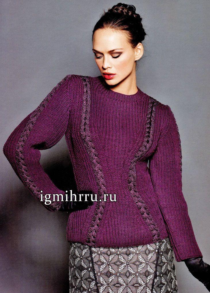 стильный фиолетовый пуловер зрительно стройнящий фигуру женщины