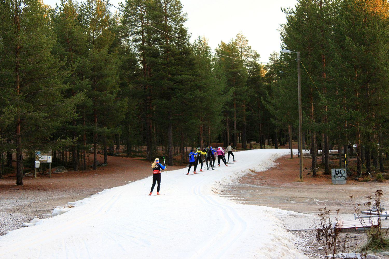 Ounasvaaran ensilumenladulla hiihtoharjoitukset menossa. (kuva 30.10.2014)