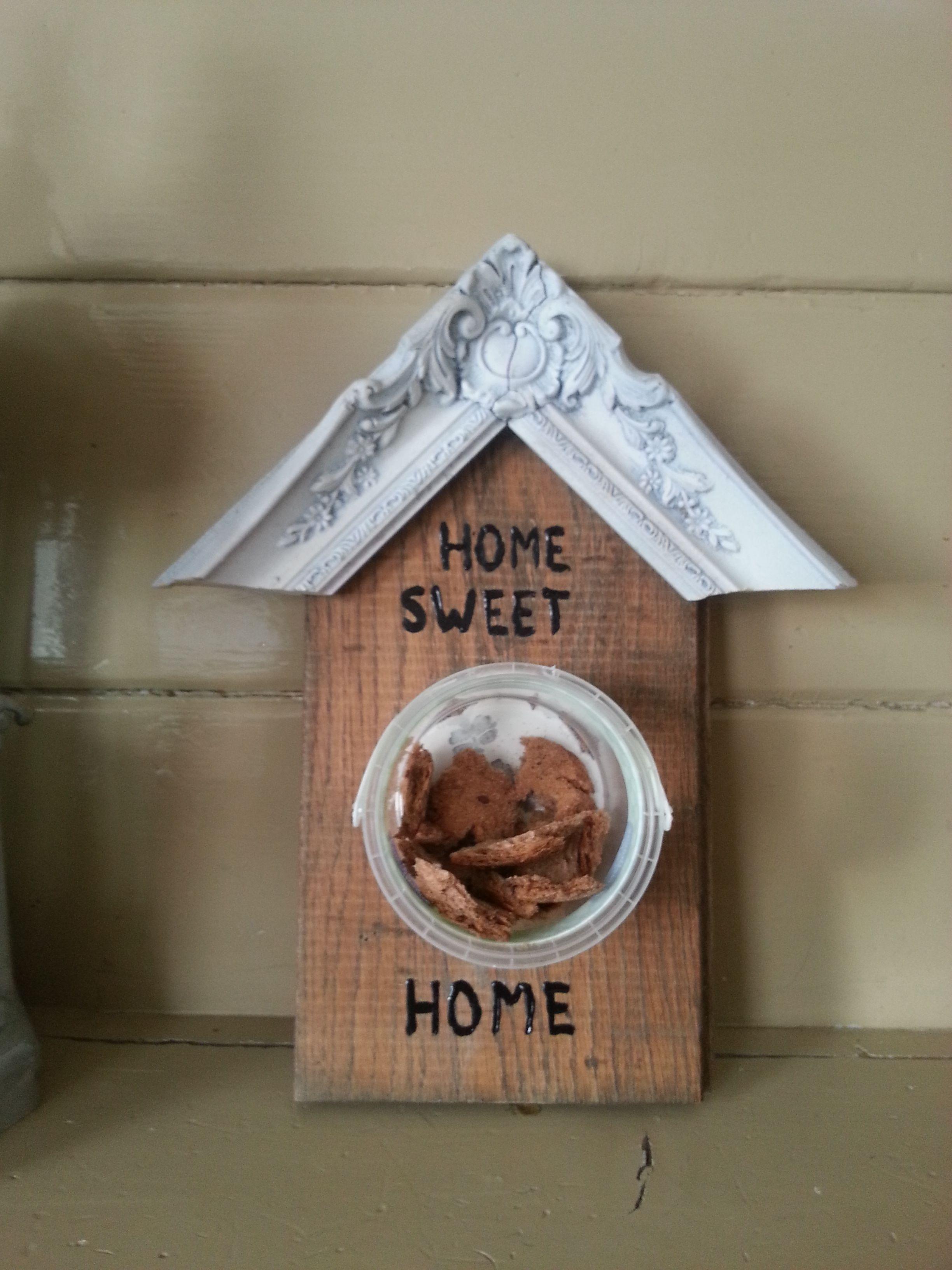 voederhuisje van een vloerplank, oude lijst, en zuivelbakje gemaakt