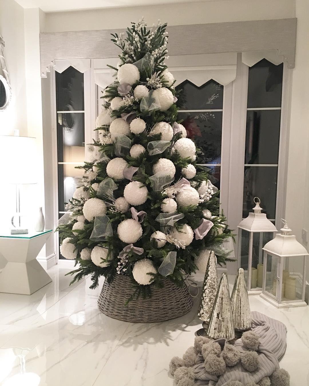 🎄 Sapin de noël décoré avec de grosses boules blanches