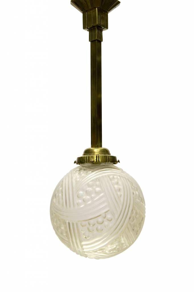 Antieke hanglamp. Koperen vierkant armatuur met vaste plafondplaat, daaraan vast met vier schroeven een zwaar mat glazen bol met gevlochten motief alsof het een mand met druiven is. De hanglamp dateert uit ca. 1930.