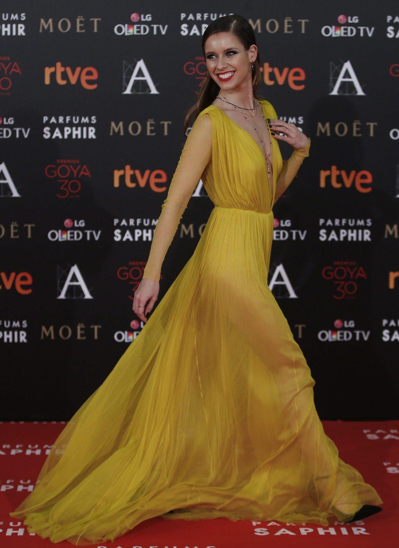Manuela Vellés confió en Cortana para asistir a los Premios Goya 2016 y brilló en la alfombra roja con un vestido de tul de seda en color amarillo