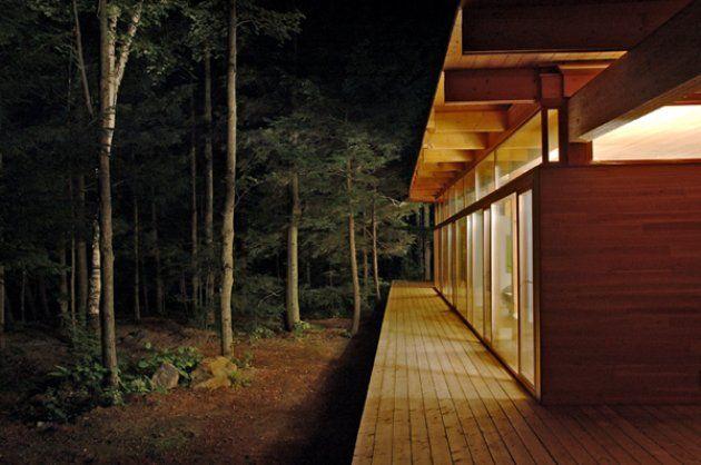 Una casa de madera en el bosque