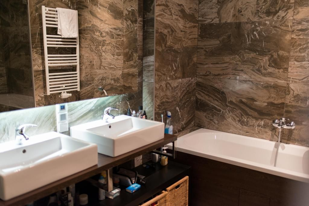 Ein riesengroßes Badezimmer mit zwei Waschbecken, einer Badewanne