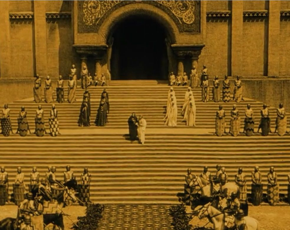 Nibelungen_Fritz-Lang_priest-coming-down-to-meet-brunhild-and-gunther