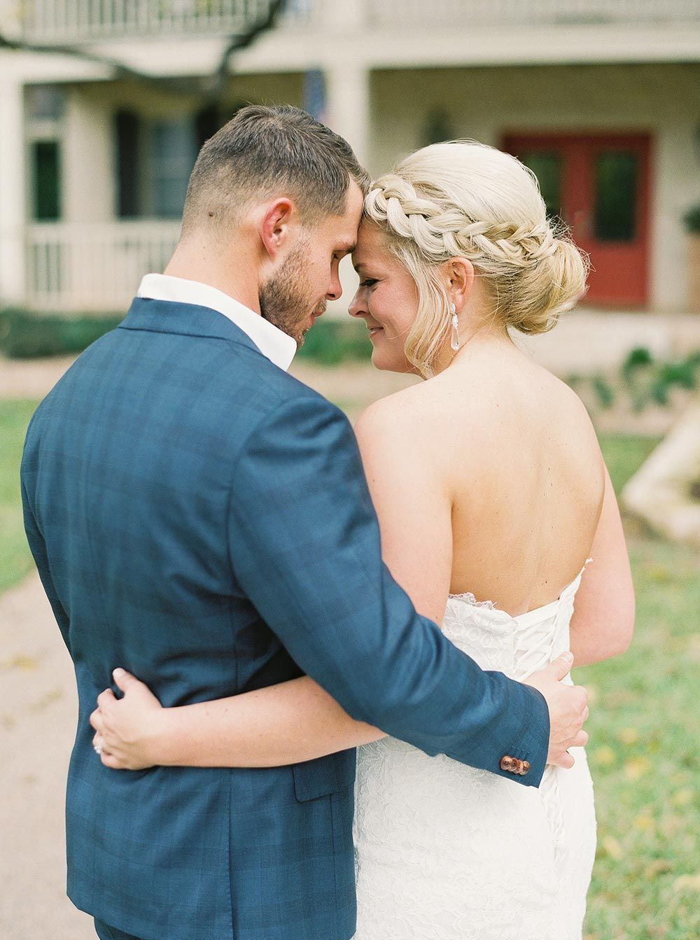 Laidback texas wedding with violet and metallic details wedding