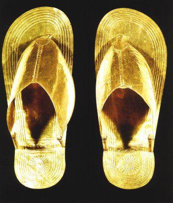 ''En el Metropolitan Museum de Nueva York hay un par de sandalias femeninas de aprox. 1300 a.C. hechas de Papiro.Esta funerarias de oro pertenecientes a una princesa de la dinastía XVIII, halladas en Tebas. 1Largo 25,5 cm. Tebas, Tumba de las Princesas. Dinastía XVIII.''