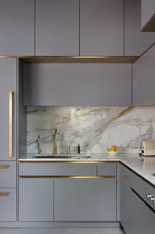 Govotsis: Eine mattlackierte Küche mit Messingverkleidung von Roundhouse Design