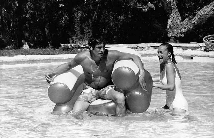 Romy schneider and alain delon at the set of le piscine for Alain delon romy schneider la piscine
