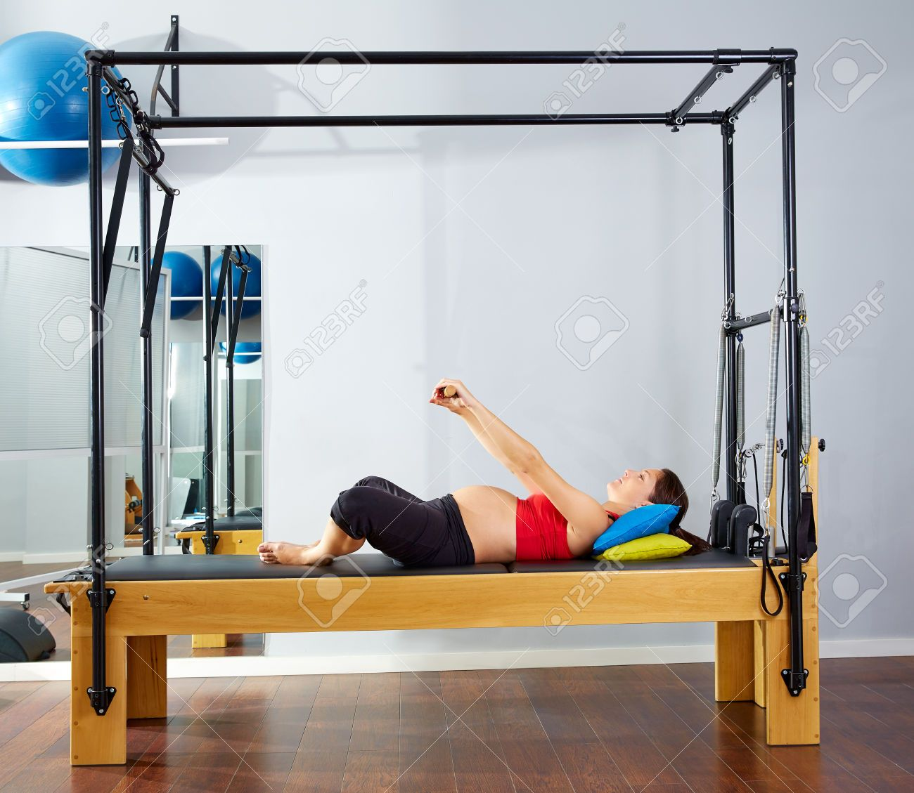44274387-pregnant-woman-pilates-reformer-cadillac-exercise-workout-at-gym-Stock-Photo.jpg (1300×1129)