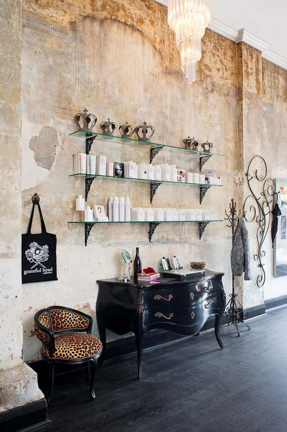 Un salon de coiffure au style glam 39 rock shelf ideas the for Un salon de coiffure