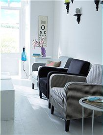 Dieser formschöne, schlichte Sessel verspricht besten Sitzkomfort. Wir bieten ihn in drei Farbkombinationen an. Er wird fertig montiert geliefert.