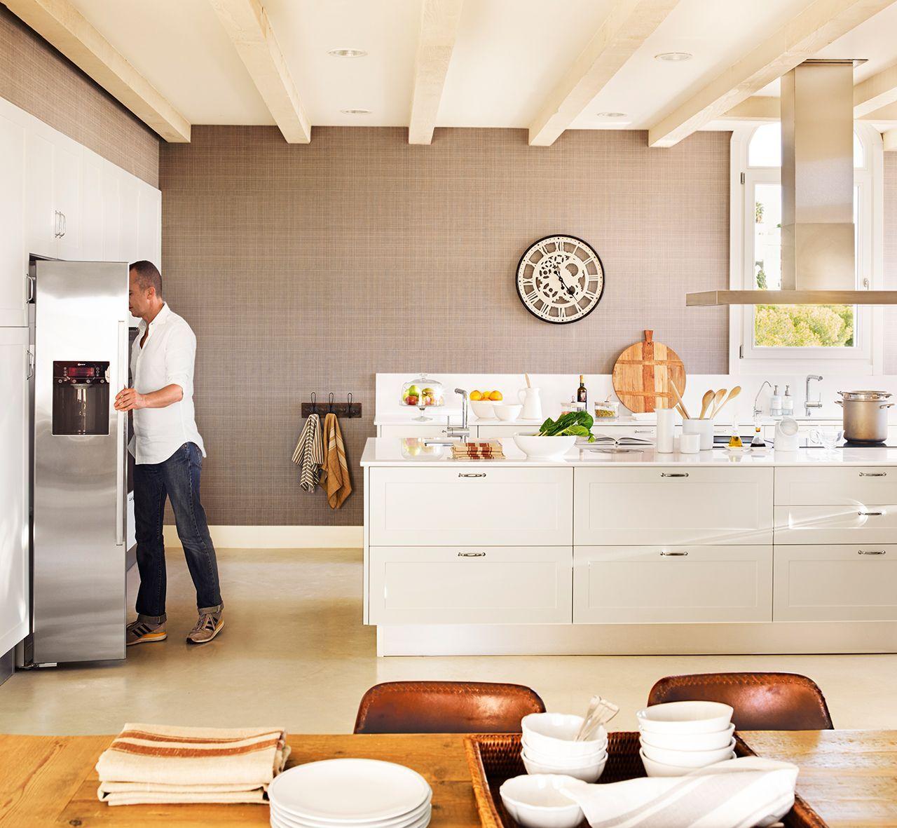 Cocina con muebles en blanco y pared de papel pintado gris ...