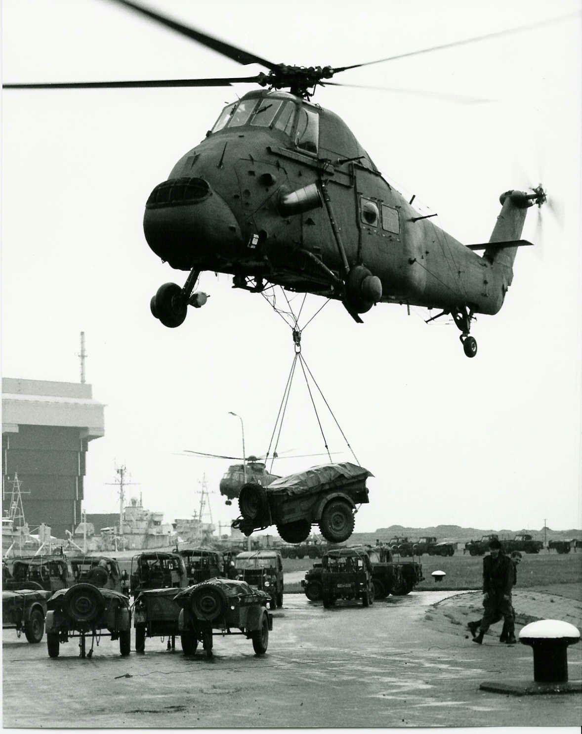Helcopters Laden Materiaal En Wapens In Voor Actie Wapens