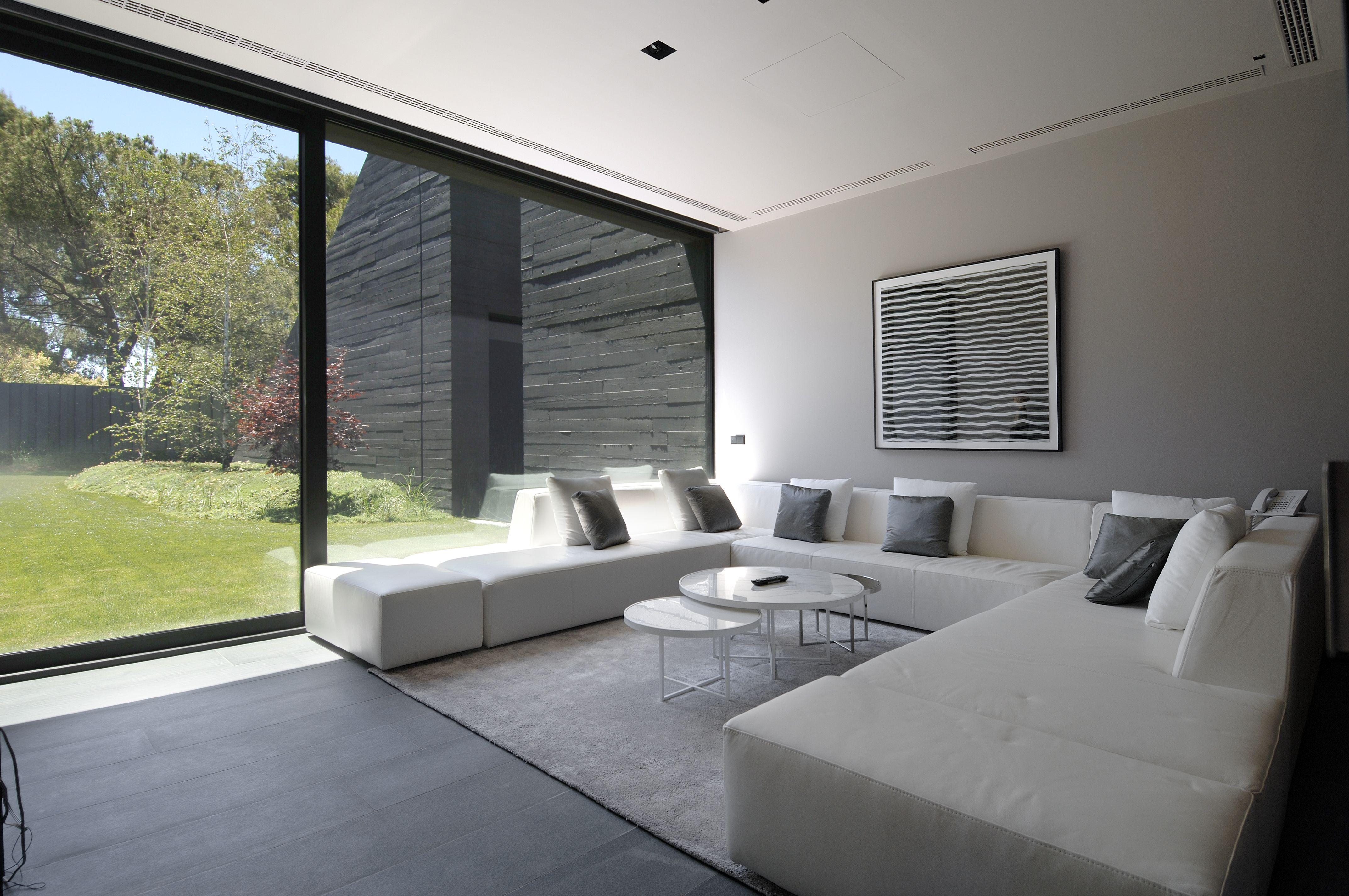La vivienda cuenta con varios salones en los que el espacio y la luz ...