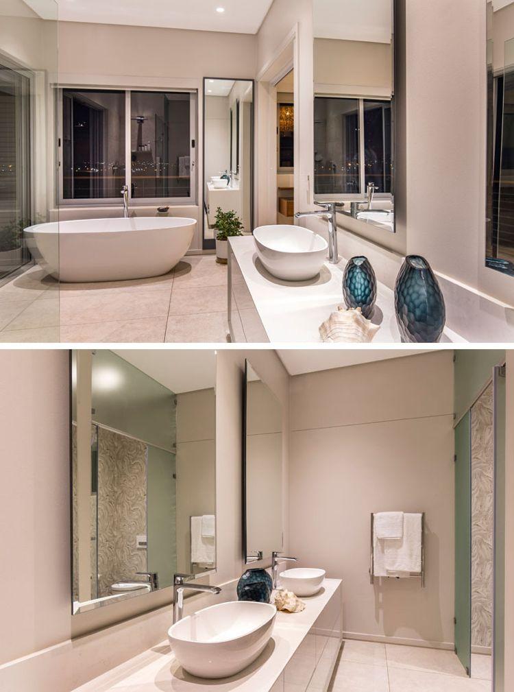 Großzügiges Badezimmer mit freistehender Badewanne in Weiß