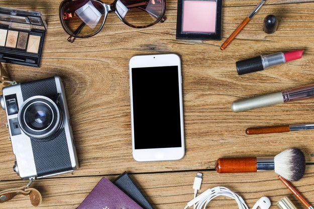Tour de l'équipement de l'adolescent, cosmétiques, accessoires, maquillage, téléphone intelligent, sac, chapeau prêt à voyager. Photo gratuit