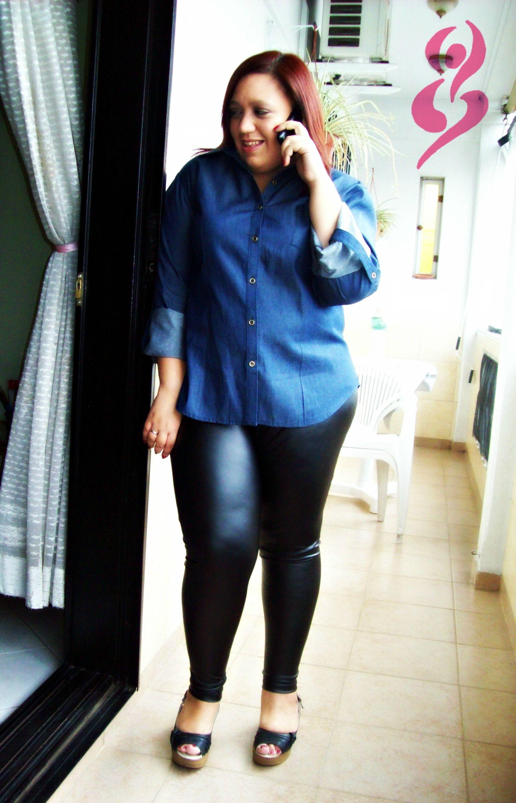 Camisa de denim y calzas negras de símil cuero http://on.fb.me/134oBWS #fatshion #plus #size #shirt #leggins #camisa #calza #denim #black #negro