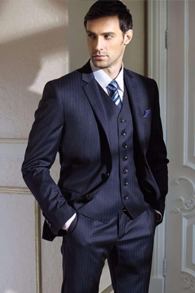 結婚式の男性ゲストの服装やスーツの色は黒のスーツ以外にもグレーやネイビーのスーツにベスト、ネクタイというスタイルも人気です。その他、蝶ネクタイなどの