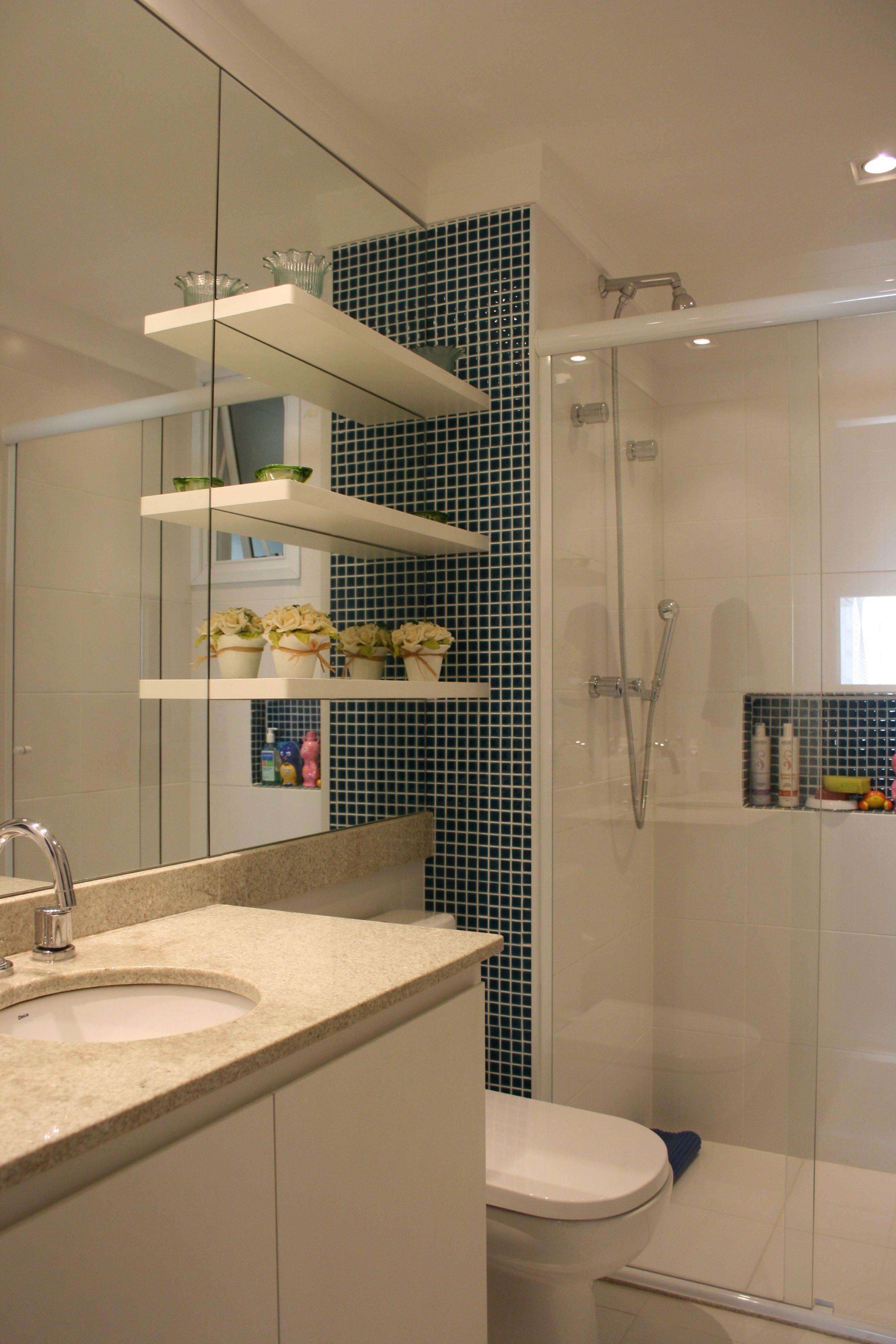 Detalhes que podem mudar a cara do banheiro. Colocamos as pastilhas, o espelho e a marcenaria!! Cajuí Design de Interiores