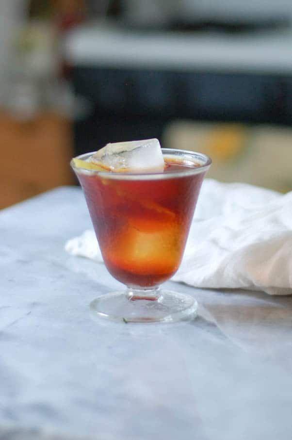 Le Bitter Giuseppe un cocktail au cynar et au vermouth doux Une bonne introduction à lamari italien et un délicieux apéritif