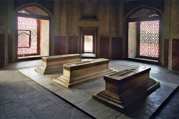 Cenotaph Of Hamida Banu Begum Along With That Of Dara Shikoh And Others In A Side Chamber Of Humayun S Tomb Delhi Humayun S Tomb Mughal Architecture Tomb