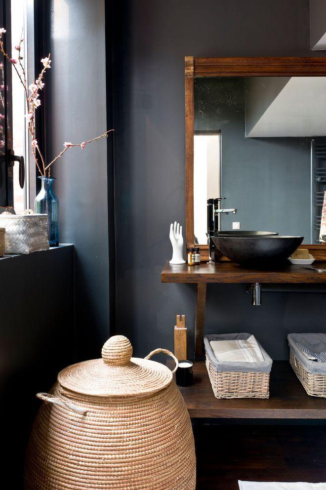 Du gris foncé pour une salle de bains chaleureuse ...