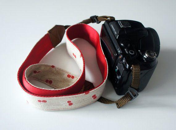 Linen Camera Strap. Correa para cámara tela de lino con cerezas y trasera de cincha roja. Cherry linen camera strap. Cotton red webbing.