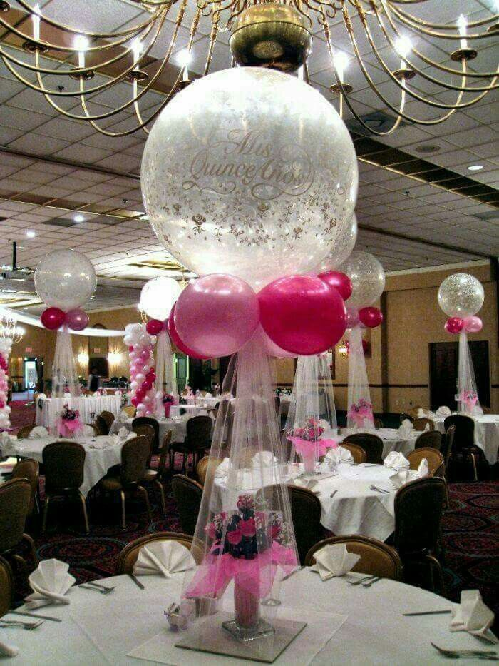 Centros de mesa globo con tul y base de flores ideas for Balloon decoration ideas for quinceaneras