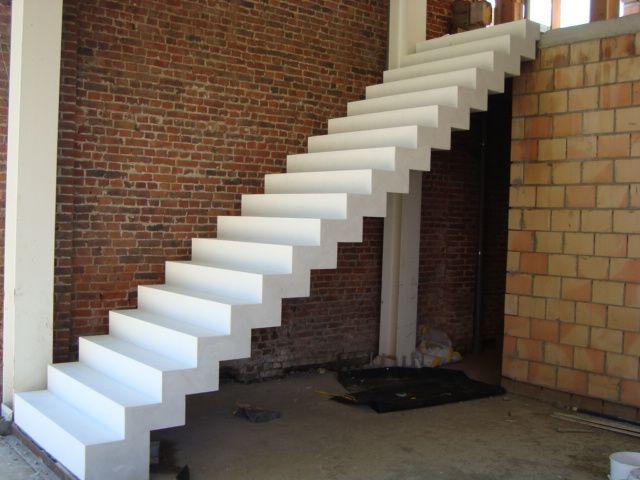 Betonnen trap een rubberen antislipneus kan in de betontreden