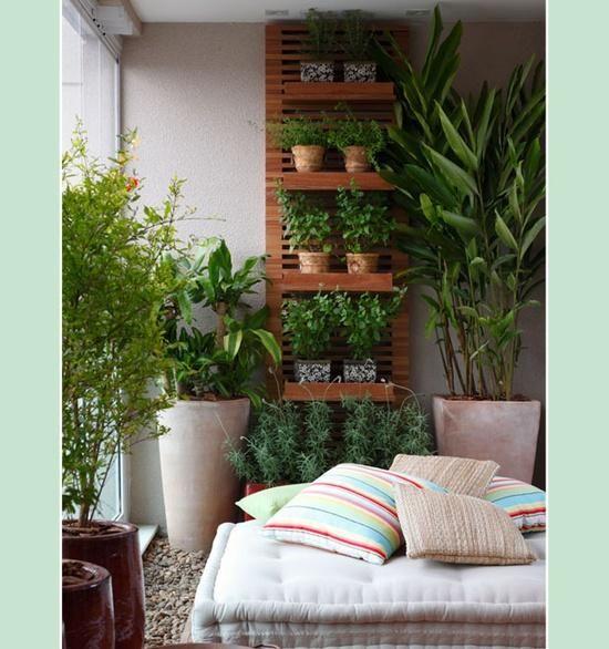 vertikaler garten rankgerüst balkon sitzkissen pflanzen | garten, Gartengerate ideen