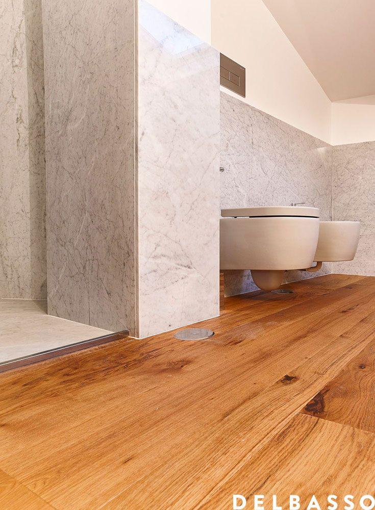 Bagno elegante e raffinato con rivestimenti in marmo e pavimento in legno 3 strati in quercia - Bagno con parquet ...