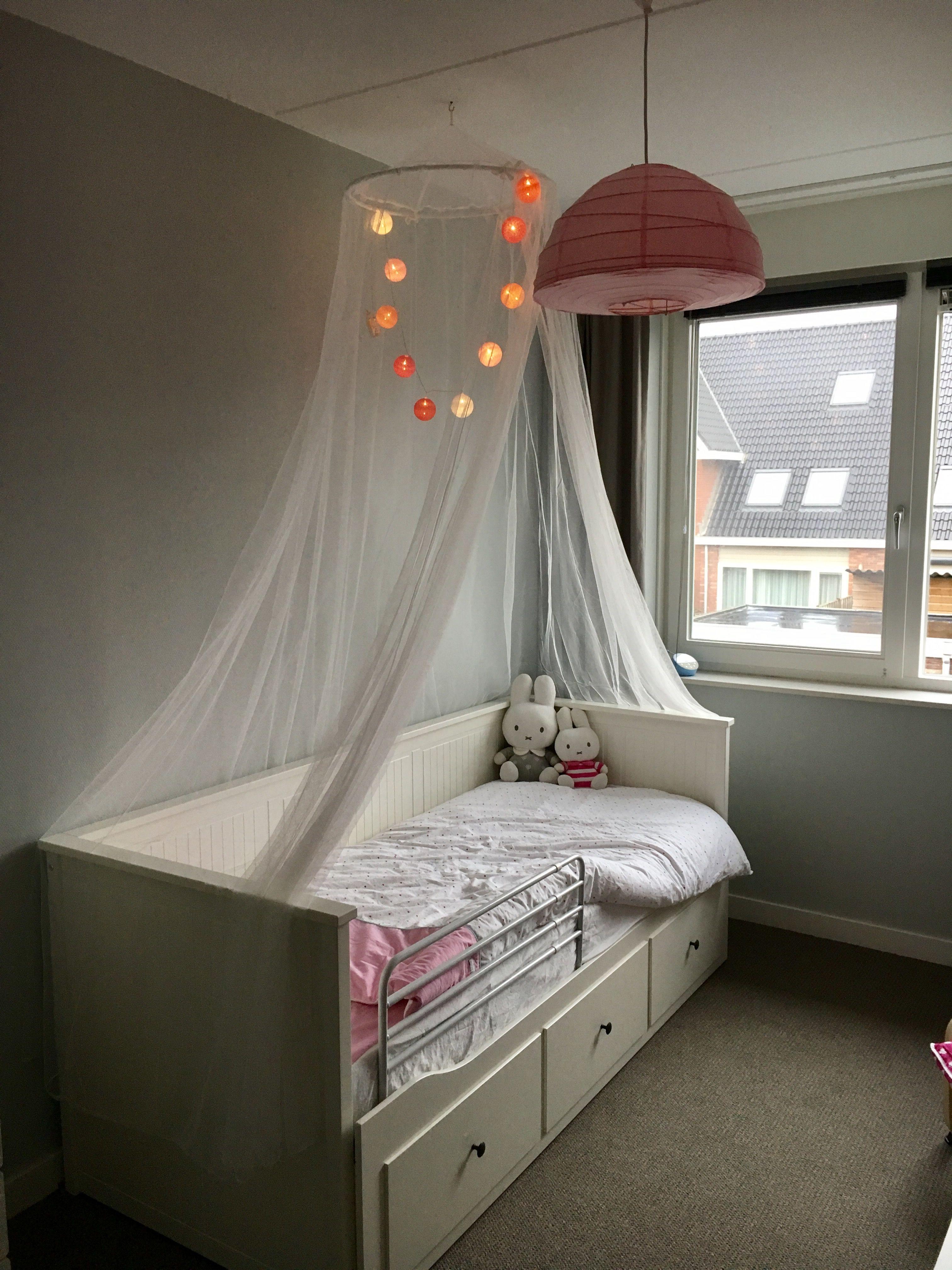 Klamboe Boven Bed Met Cottonballs