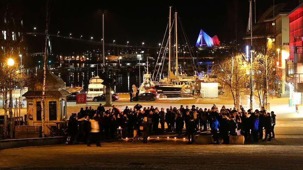 Rundt 100 mennesker hadde møtt opp på Stortorget for å ta del i markeringen mot terror. (Foto: Ronald Johansen) Merci la Norvège  Thanks Norway thanks Tromsø
